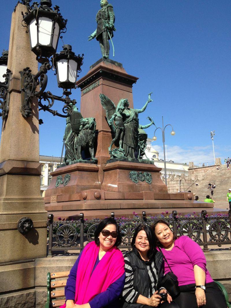 Aida, Rosa and I at the Senate square monument